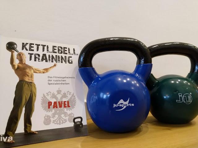Kettlebell Training von Pavel mit zwei Vinyl-Kettlebells